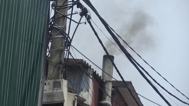 Sức khỏe của nhiều người dân bị ảnh hưởng do những ống khói đốt nhựa đang hoạt động hết công suất.