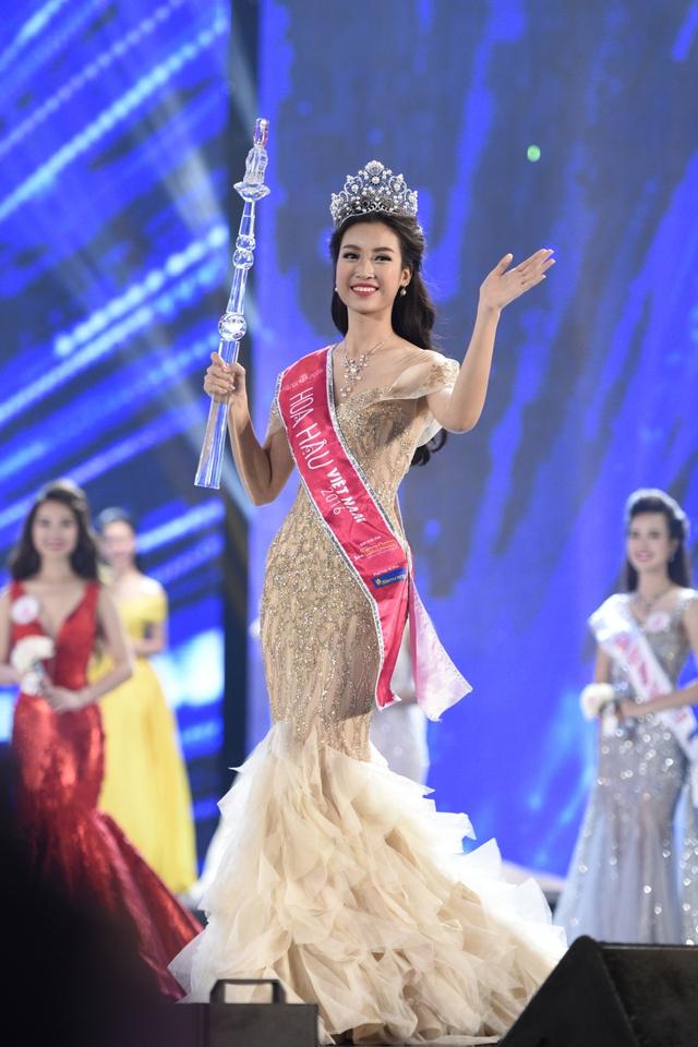 Đỗ Mỹ Linh trong giây phút đăng quang Hoa hậu Việt Nam 2016