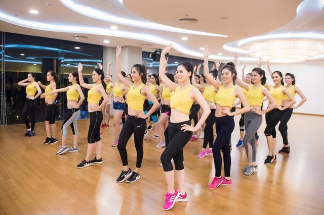 Sau những buổi tập luyện tích cực tại Elite Fitness, các thí sinh tiếp tục rèn catwalk và tập đội hình đồng diễn cùng các chuyên gia, bao gồm siêu mẫu Hà Anh.