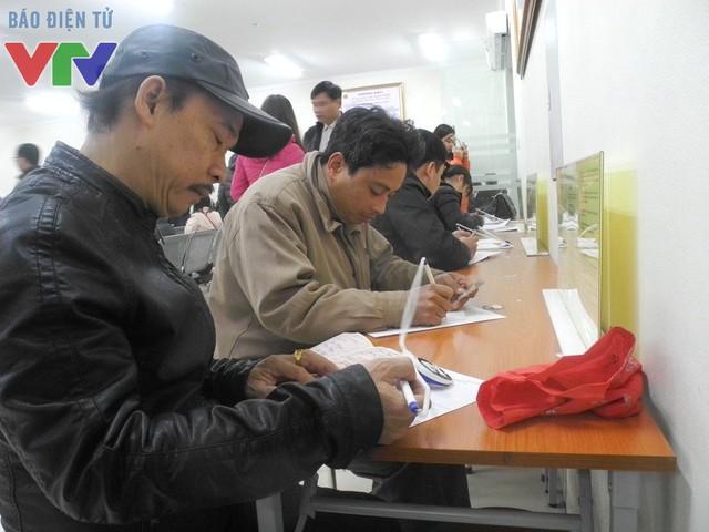 Trong sáng ngày thứ 7, rất đông công dân đến Phòng quản lý xuất nhập cảnh làm thủ tục hành chính