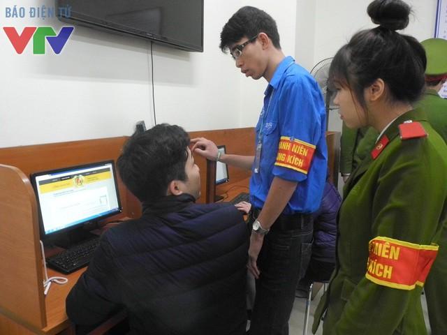 Các bạn trẻ thanh niên xung kích giúp đỡ người dân trong việc làm thủ tục hành chính, rút bớt thời gian giải quyết công việc