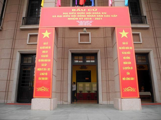 Địa điểm bỏ phiếu tại khu vực bỏ phiếu số 4 phường Nghĩa Tân - Quận Cầu Giấy được trang hoàng rực rỡ