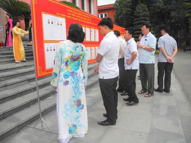Ngay từ 6h sáng, rất đông các cử tri đã đến địa điểm bỏ phiếu
