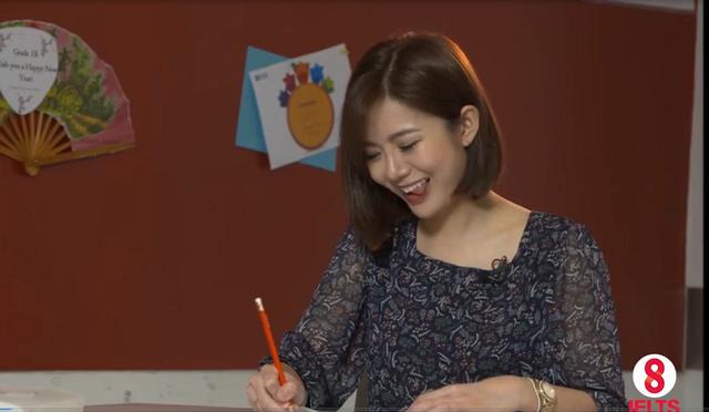Tú Linh MU siêu dễ thương khi thực hiện kỳ thi Tiếng Anh của mình