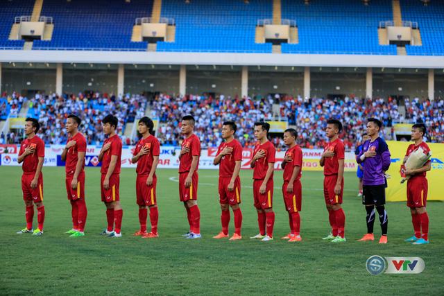 Các cầu thủ ĐT Việt Nam hát quốc ca trước khi trận đấu bắt đầu.