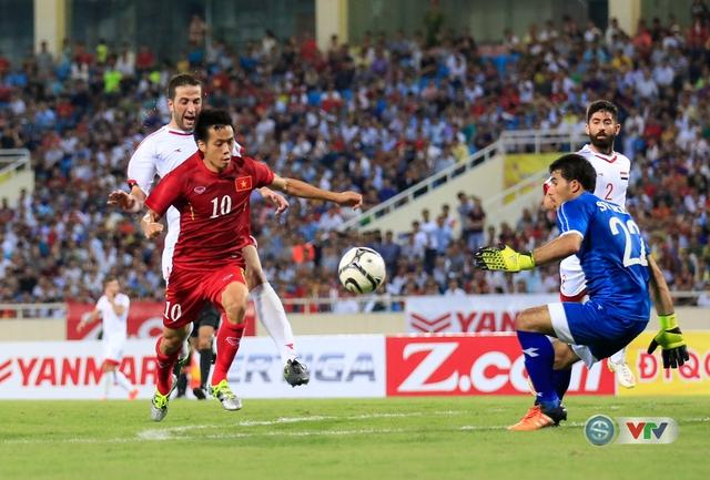 Tình huống Văn Quyết nhận đường chuyền như đặt của Xuân Trường và băng xuống đối mặt thủ môn ĐT Syria.