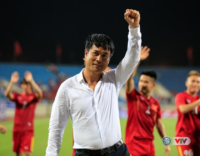 Niềm vui của HLV Hữu Thắng sau trận đấu ấn tượng của các học trò.