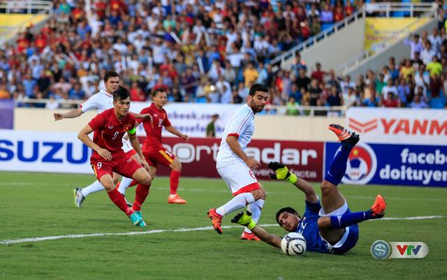 Thủ môn của ĐT Syria đã vất vả cản phá một pha bóng tấn công của các cầu thủ ĐT Việt Nam.