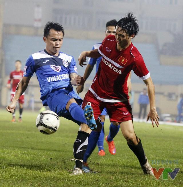 Tuấn Anh thi đấu nhô cao ở tuyến tiền vệ và anh gặp rất nhiều khó khăn trước các cầu thủ Than QN