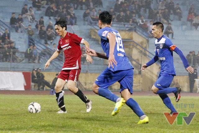 Tuấn Anh (áo đỏ) được chờ đợi sẽ xuất phát trong đội hình chính trận gặp Đài Loan (Ảnh: Tạ Hiển/VTV News)