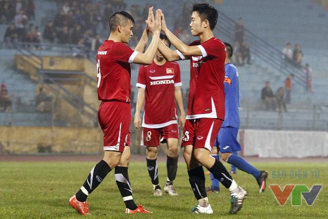 Công Vinh chia vui với Xuân Trường sau bàn thắng thứ 2
