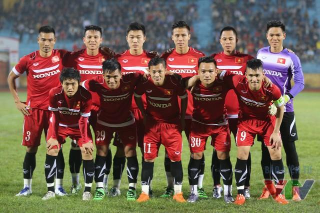Trong cuộc tiếp đón Than Quảng Ninh, ĐT Việt Nam chào đón sự trở lại của tiền đạo Lê Công Vinh (số 9) - người đeo băng đội trưởng ở trận đấu này. Trong khi đó, Xuân Trường và Tuấn Anh tiếp tục được trao cơ hội đá chính