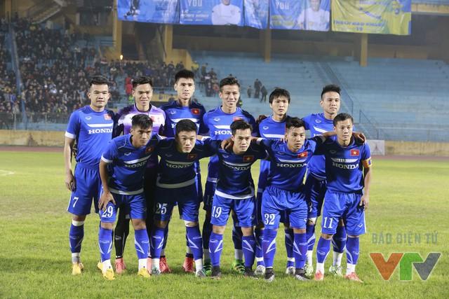 Đội hình xuất phát ĐT Việt Nam gọi tên bộ đội xuất ngoại là Xuân Trường (25) và Tuấn Anh (8)