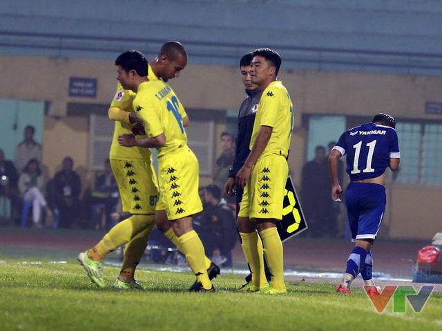 Bên phía Hà Nội T&T,hai cựu danh thủ Thạch Bảo Khanh cùng Tiến Dũng được tung vào sân ở hiệp 2 và nhận được sự cổ vũ nhiệt tình của người hâm mộ