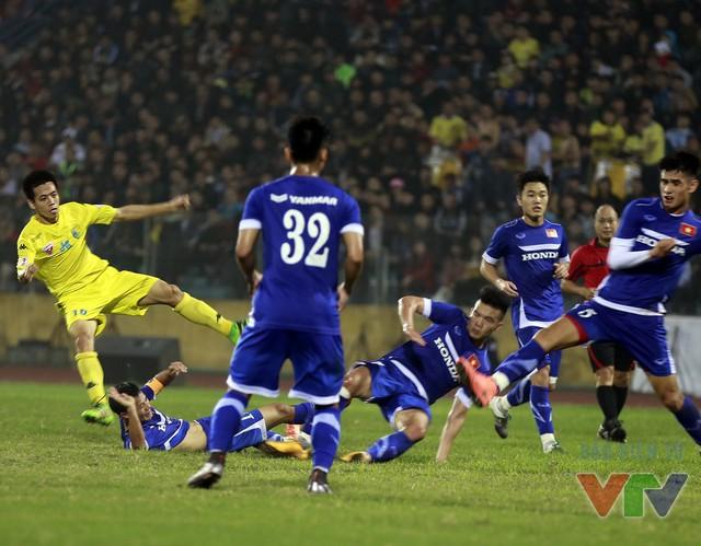 Văn Quyết cũng chơi nổi bật và khiến các cầu thủ ĐT Việt Nam phải kèm người số đông
