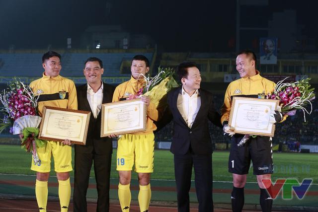 Đây cũng là trận đấu vinh danh các công thần của Hà Nội T&T cũng như ĐT Việt Nam gồm Dương Hồng Sơn, Thạch Bảo Khanh, Lê Hồng Minh, Nguyễn Tiến Dũng.