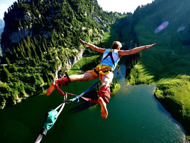Nhảy bungee là một trong những môn thể thao mạo hiểm thu hút du khách. Ảnh: Pinoria