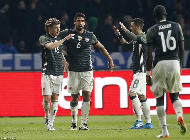 Đức dẫn trước 2 bàn sau 57 phút thi đấu.