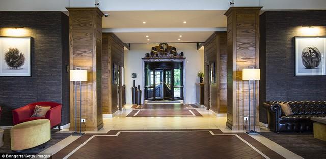 Giá mỗi phòng rơi vào khoảng 550 Euro. Khách sạn có 80 phòng, 11 phòng họp và có cả khu spa.