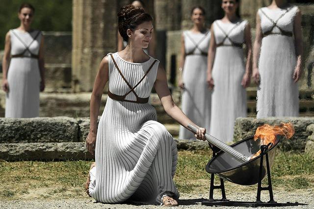 Nghi thức đốt cháy vạc lửa dưới chân bức tượng nữ thần Hera.