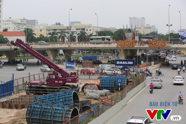 Đoạn giao cắt qua ngã tư có cầu vượt nối Phạm Hùng hướng đi cầu Thăng Long đang chuẩn bị thi công cột trụ cao. Đây sẽ là nút giao thông 3 tầng khi hoàn thiện.
