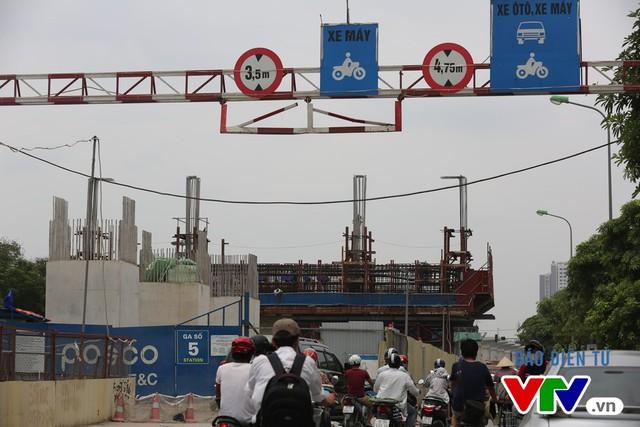 Các cột trụ chờ lao lắp dầm kết nối với một trạm ga.