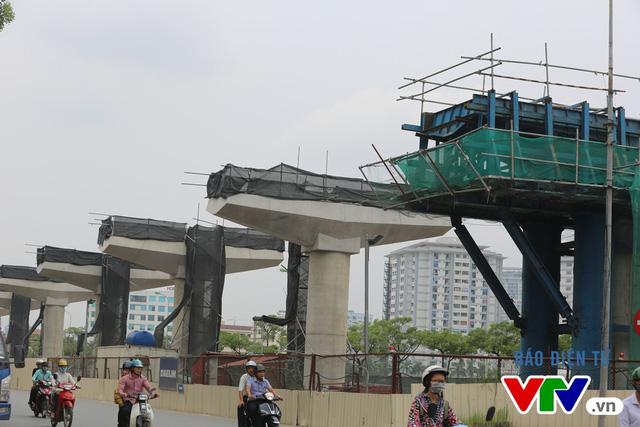 Đoạn Cầu Diễn đang chờ lao lắp dầm. Theo nhà thầu thi công chính là Công ty Dealaim (Hàn Quốc), tiến độ dự kiến là 2 tuyến dầm/1 đêm.