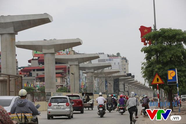 Đoạn đường từ ga Lê Đức Thọ đến ga Cầu Diễn thẳng tắp.