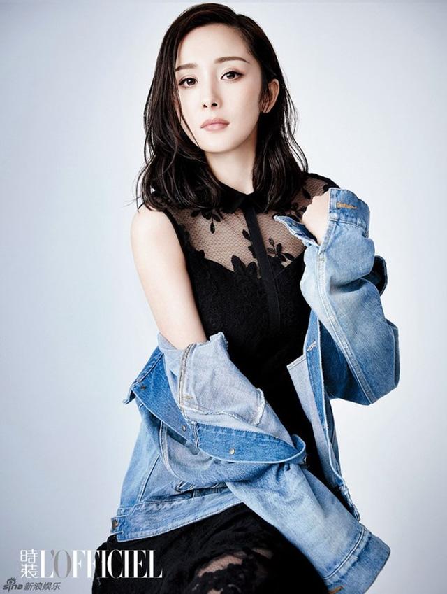 Cô nàng diện váy ren đen phối với áo jeans sáng màu mang lại vẻ cá tính cho người mặc.