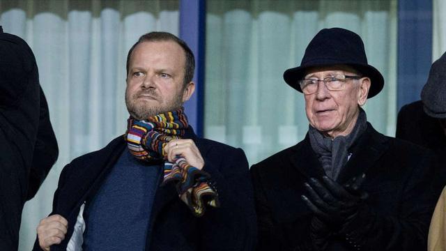 Phó Chủ tịch Ed Woodward và Sir Bobby Charlton có quan điểm trái ngược về ông Mourinho