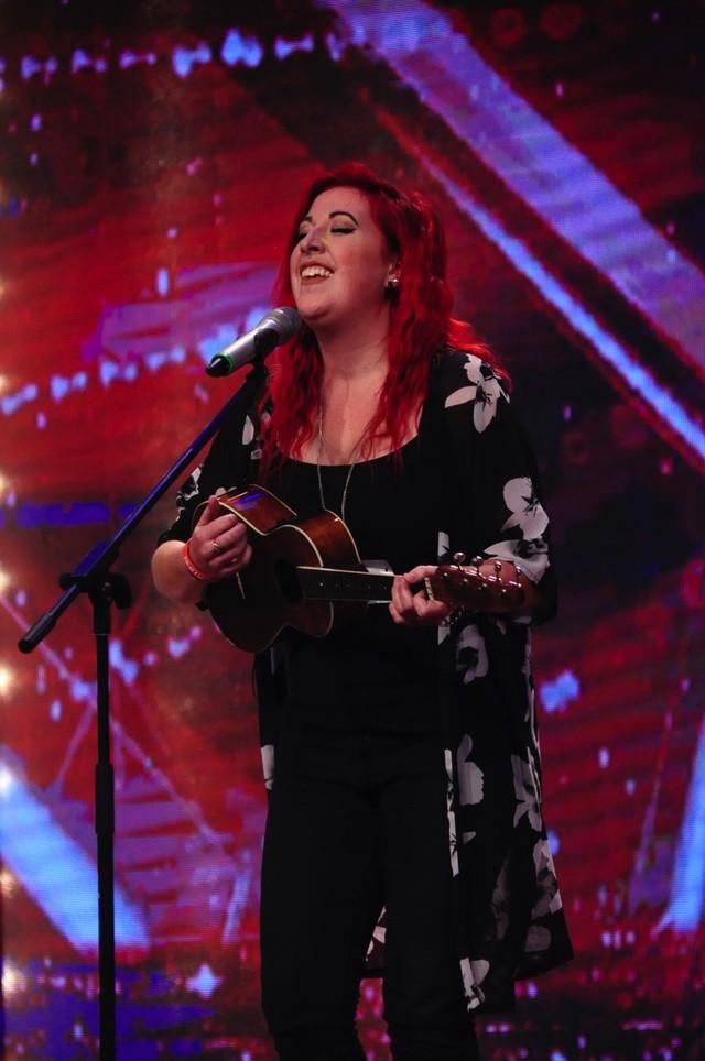 Tập 2 còn xuất hiện cả thí sinh nước ngoài Ella Beth Walls. Cô nàng người Australia đã chinh phục được hai giám khảo Việt Hương và Chí Trung để giành vé đi tiếp.