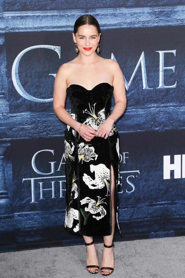 Emilia Clarke quyến rũ với đầm cúp ngực họa tiết floral, một thiết kế của Erdem.