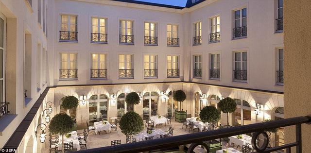 ĐT Anh chọn khách sạn siêu sang Auberge du Jeu Paume. Giá mỗi phòng tại đây vào khoảng 500 Bảng/đêm.