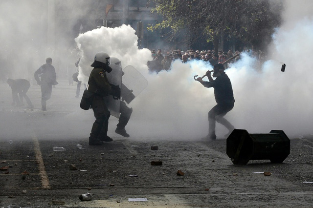 Cảnh sát Hy Lạp đã phải dùng hơi cay để trấn áp đám đông biểu tình. (Ảnh: citizen.co.za)