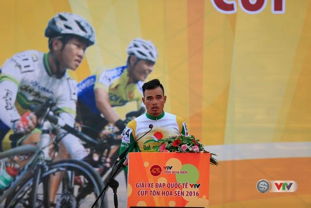 Cua-rơ Trịnh Đức Tâm (Hạt ngọc trời An Giang) đại diện các vận động viên lên tuyên thệ