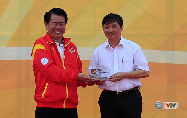 Đại diện Tập đoàn Tôn Hoa Sen trao kỉ niệm chương cho đại diện địa phương diễn ra lễ khai mạc và chặng 1 của Giải xe đạp Quốc tế VTV Cúp Tôn Hoa Sen 2016