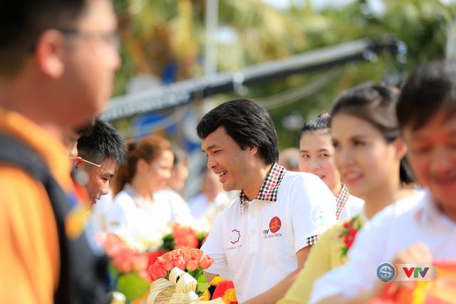 Nhà báo Phan Ngọc Tiến, Trưởng ban Sản xuất các chương trình thể thao, Đài THVN, Trưởng ban tổ chức giải tặng hoa và cờ lưu niệm cho các đội đua