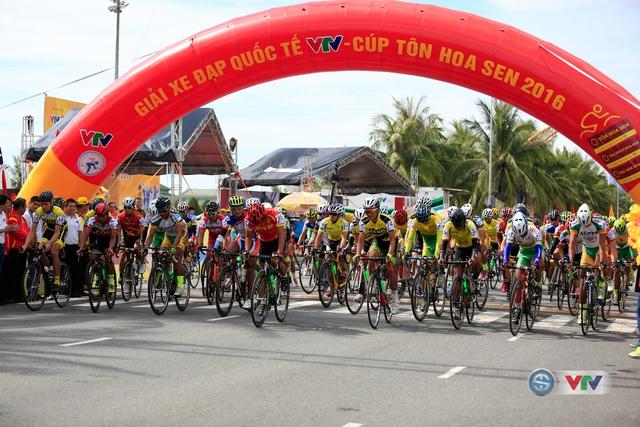 Các tay đua xuất phát ở chặng 1 Giải xe đạp Quốc tế VTV Cúp Tôn Hoa Sen 2016