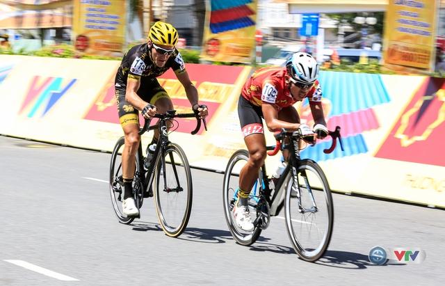 Duy Nhân (áo d cùng tay đua người Pháp Loic Desriac (27 tuổi) tấn công quyết liệt, bỏ lại sau lưng mọi nỗ lực bám đuổi của đối thủ.