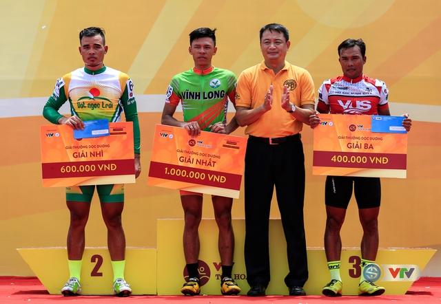 Ban tổ chức trao giải cho các tay đua đoạt giải Sprint