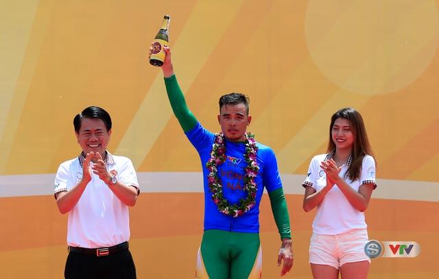 Ông Vũ Văn Thanh, Phó TGĐ Tập đoàn Hoa Sen đại diện đơn vị đồng hành trao áo xanh cho tay đua Trịnh Đức Tâm