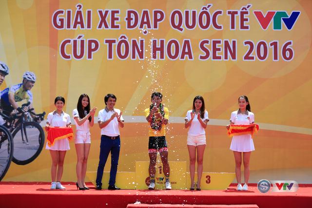 Nhà báo Phan Ngọc Tiến (thứ 3 từ trái qua) Trưởng ban Sản xuất các chương trình Thể thao, Đài THVN, Trưởng ban tổ chức giải trao áo vàng chặng 1 cho tay đua Trần Nguyễn Duy Nhân