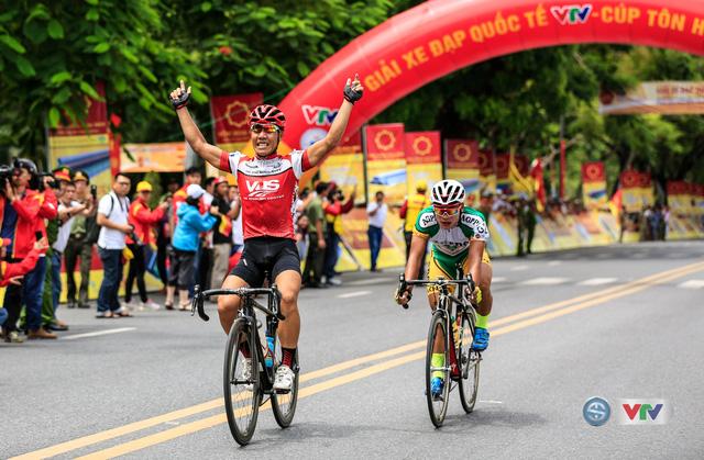 Niềm vui của cua-rơ Trương Nguyễn Thanh Nhân khi về nhất chặng 2 Giải xe đạp Quốc tế VTV Cúp Tôn Hoa Sen 2016