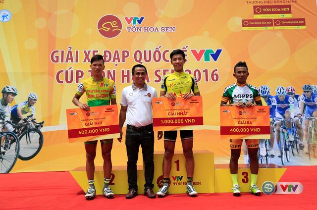 Đại diện thương hiệu Tôn Hoa Sen trao giải Sprint 1 ở km 22 cho các tay đua