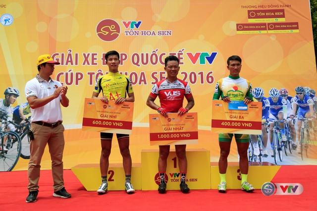 Đại diện Liên đoàn xe đạp - mô tô thể thao Việt Nam trao giải Sprint 2 - ở km 68 cho các tay đua.