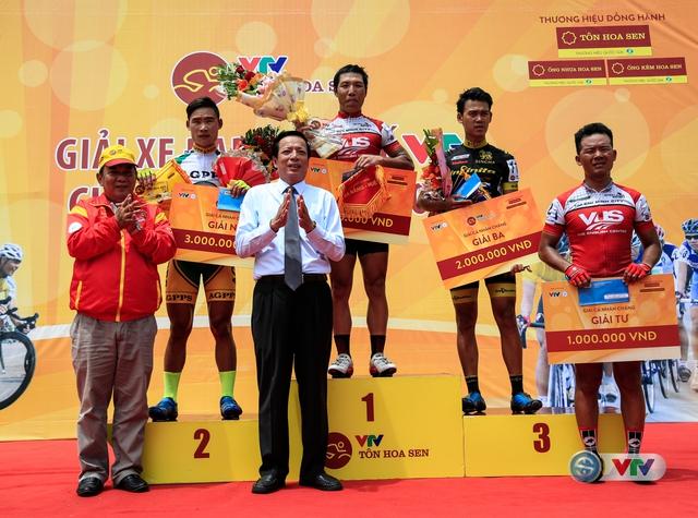 Ông Phan Tiến Dũng (áo trắng) Giám đốc Sở Văn hoá, Thể thao và Du lịch Thừa Thiên Huế và ông Ngô Quang Vinh, Phó Chủ tịch Liên đoàn xe đạp - mô tô thể thao Việt Nam trao giải cho các tay đua.