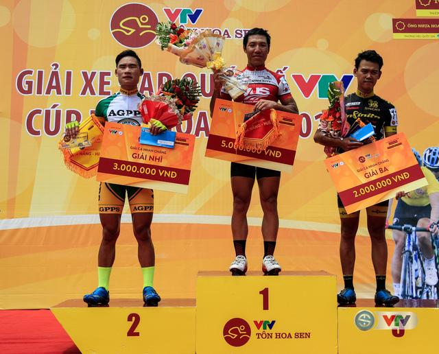 Các cua-rơ đoạt giải nhất, nhì, ba, tư của chặng 2, từ Lăng Cô đi TP Huế Giải xe đạp Quốc tế VTV Cúp Tôn Hoa Sen 2016. Ngày mai (26/08), đoàn đua sẽ thi đấu chặng 3 theo lộ trình: TP Huế - Quảng Trị - Quảng Bình với tổng cự ly 156km.