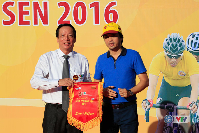 Nhà báo Phan Ngọc Tiến (áo xanh), Trưởng ban Sản xuất các chương trình thể thao, Đài THVN, Trưởng ban tổ chức giải trao kỉ niệm chương và cờ lưu niệm cho đại diện tỉnh Thừa Thiên Huế