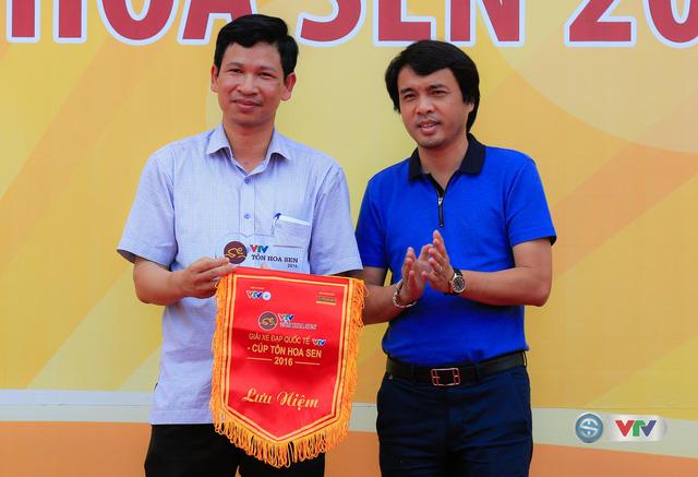 Nhà báo Phan Ngọc Tiến (áo xanh), Trưởng ban Sản xuất các chương trình thể thao, Đài THVN, Trưởng ban tổ chức giải trao kỉ niệm chương và cờ lưu niệm cho đại diện tỉnh Quảng Bình