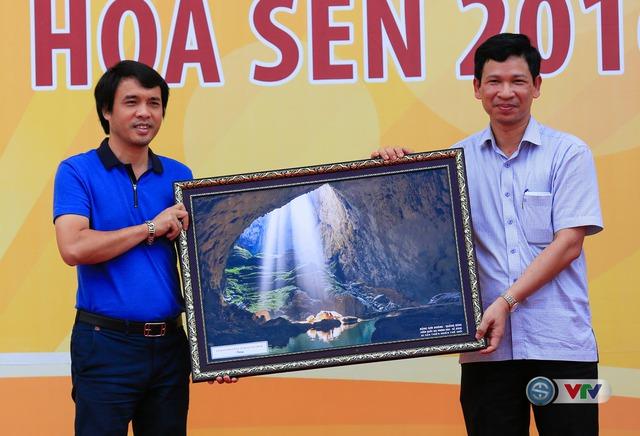Đại diện tỉnh Quảng Bình trao quà lưu niệm cho Nhà báo Phan Ngọc Tiến, Trưởng ban Sản xuất các chương trình Thể thao, Đài THVN, Trưởng ban tổ chức giải